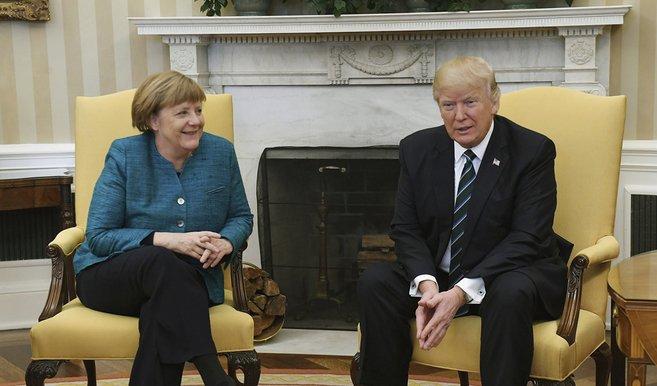 VIDEOS   El desaire de Trump a Angela Merkel: se negó a darle la mano en frente de toda la prensa