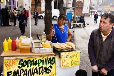 FOTOS   No más sopaipillas: Municipalidad de Santiago comienza a decomisar los carritos de comida