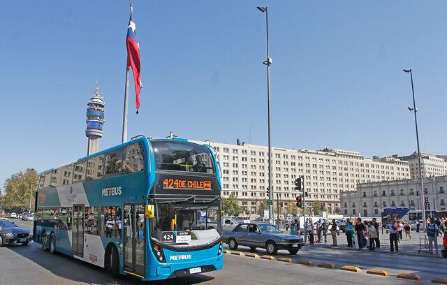 FOTO | No duró ni una semana: así quedó el bus de dos pisos del Transantiago tras ser rayado
