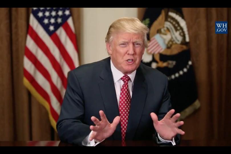 VIDEO | Trump se confunde y deambula por pista de aterrizaje