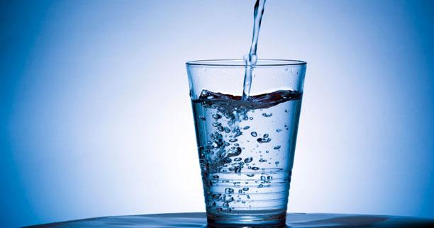 Por qué sería perjudicial para la salud tomar agua de manera excesiva, según expertos