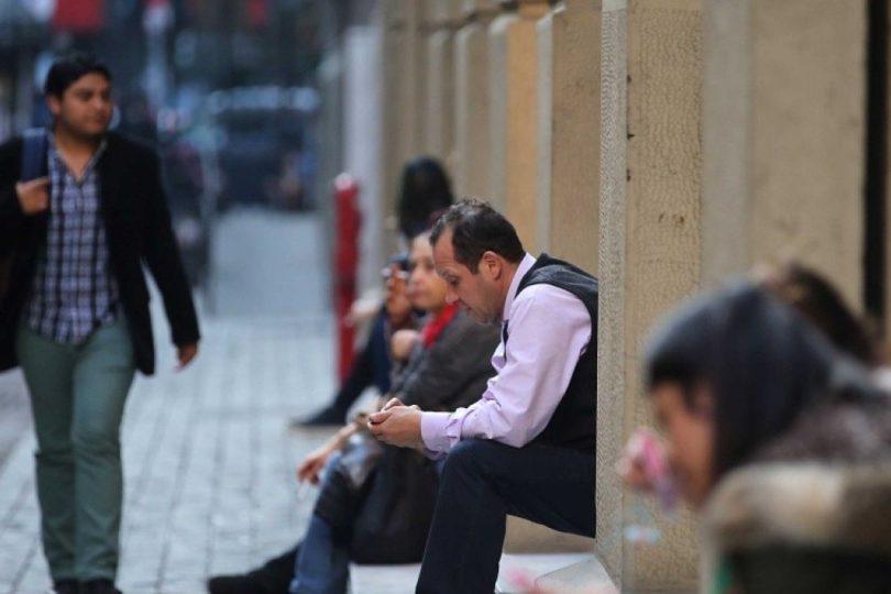 Desempleo llega al 6,6% con leve alza y mantiene brecha de género: mujeres son menos contratadas