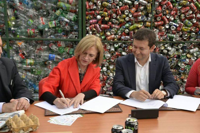 Matthei firma acuerdo para reciclar en ocho mil departamentos de Providencia