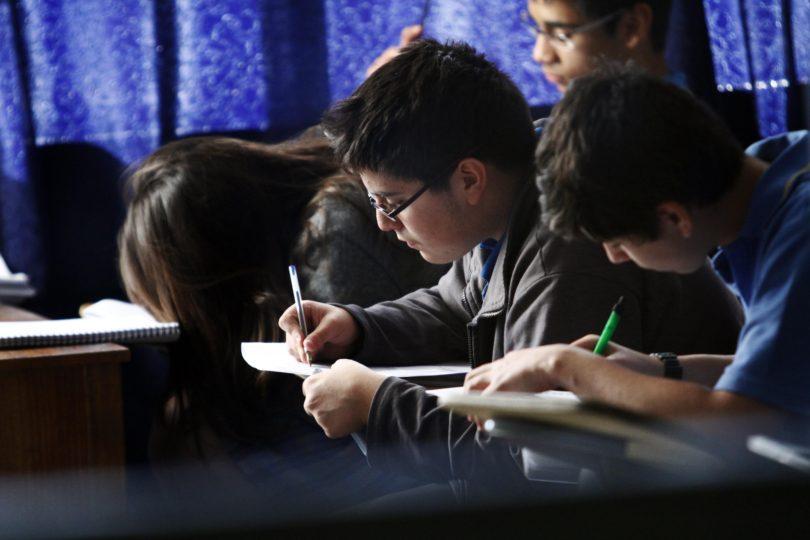 """Barrera del inglés: el complejo panorama de un """"segundo idioma"""" en Chile"""