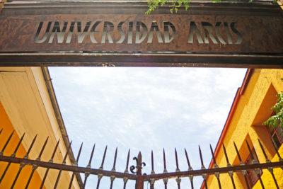 Estudiantes de la Universidad Arcis entregan carta a La Moneda por estudiante de derecho que falleció sin poder titularse