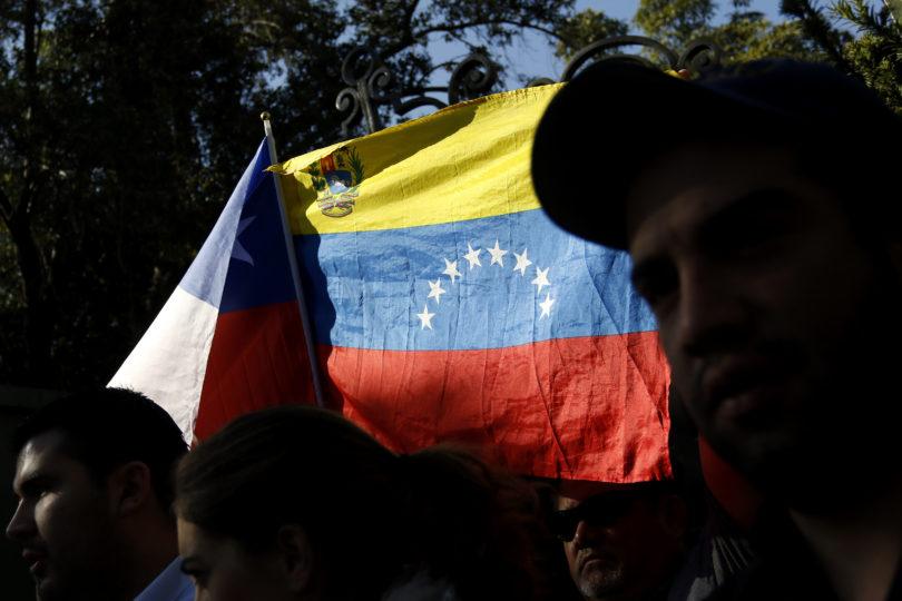 """FOTOS   """"Chile, el asilo contra la opresión"""": diputados DC despliegan lienzo en la Cámara en apoyo a Venezuela"""