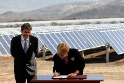 Bachelet firma Acuerdo de París con fuerte indirecta a Donald Trump
