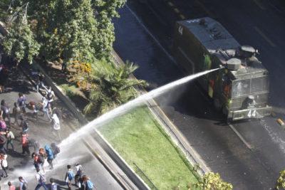 Suspenden a carabinero a cargo de carro lanza agua que lesionó a joven durante marcha del 8M