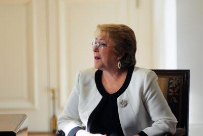 """Bachelet pide """"consolidar la gratuidad"""" y que diputados """"se pongan con la gente"""" al votar reforma"""