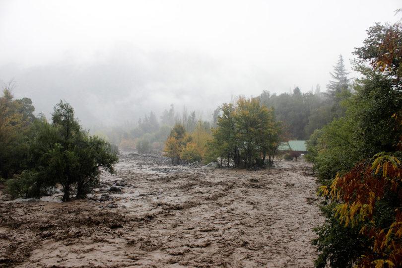 Claudio Orrego llamó a la población a juntar agua ante lluvias en el sector cordillerano