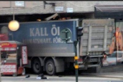 Camión atropella a multitud en Estocolmo y se estrella en mall: reportan al menos 3 muertos