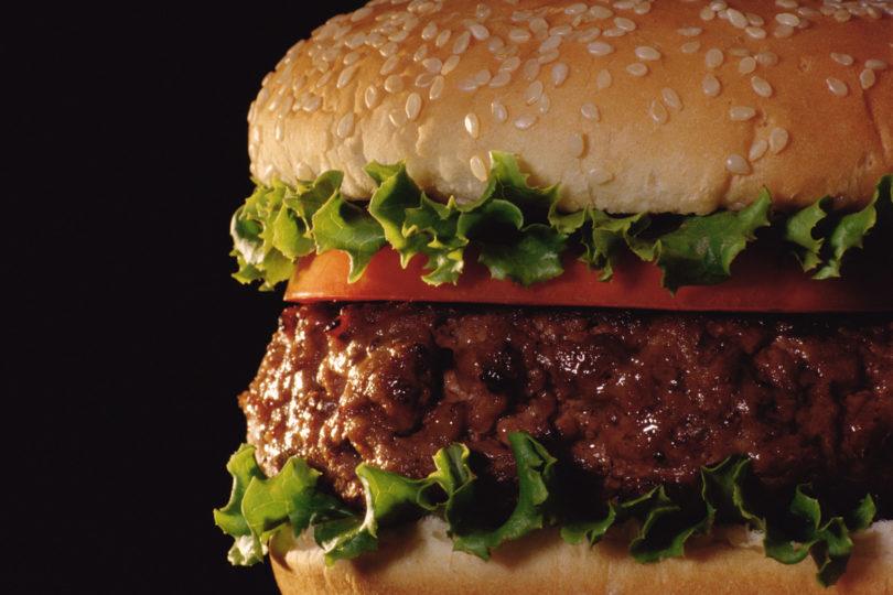 """Marcas de hamburguesas en la mira del Sernac: traen """"otros componentes"""" de carne"""