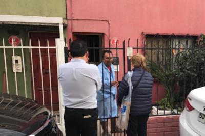 FOTO | Genial: ciudadano recibió a la Presidenta Bachelet en pijama
