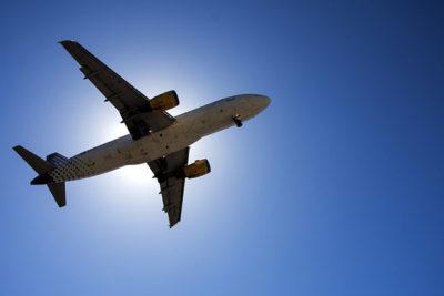 Cuál es el asiento más seguro al interior de un avión, según expertos