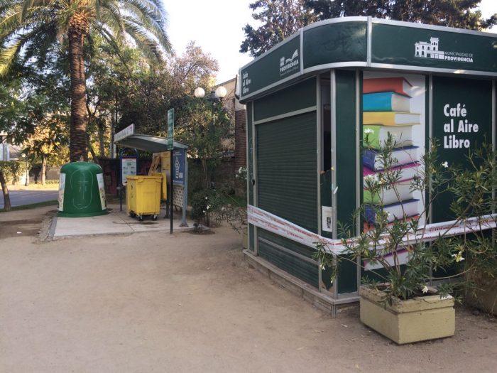 Nueva polémica lectora en Providencia: más de 200 libros de bibliotecas fueron a parar a la basura