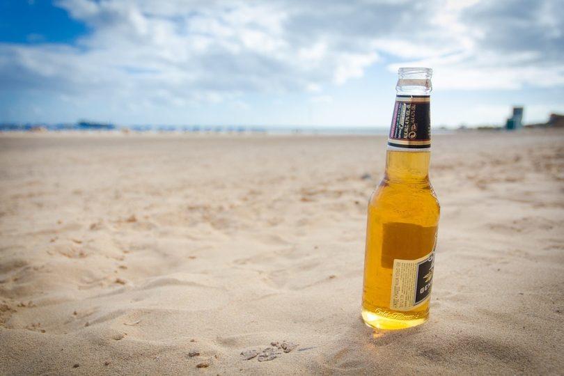 Máquina convierte botellas de vidrio en arena ante escasez: 2/3 desapareció de las costas