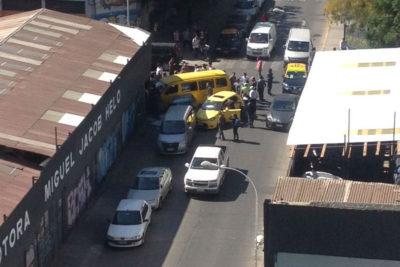 Choque entre un auto y un furgón escolar dejó un saldo de 14 menores lesionados