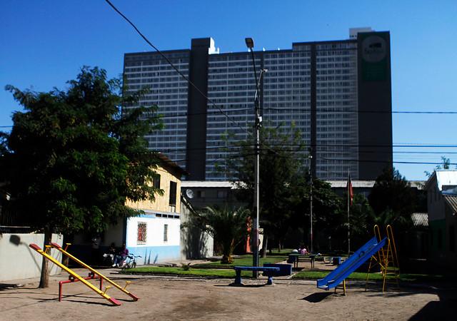 """Cómo es vivir en el """"gueto vertical"""": 360 familias, 3 ascensores y torniquetes para entrar"""