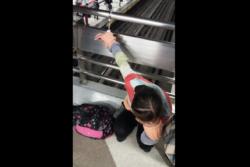 VIDEO |Denuncian que guardia del Metro esposó por 2 horas a estudiante por equivocarse de salida