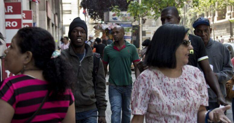 Voluntarios chilenos hacen clases de español a haitianos en Chillán