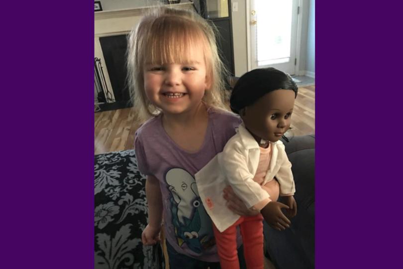 Genial reacción de esta niña a la que no le querían vender una muñeca negra