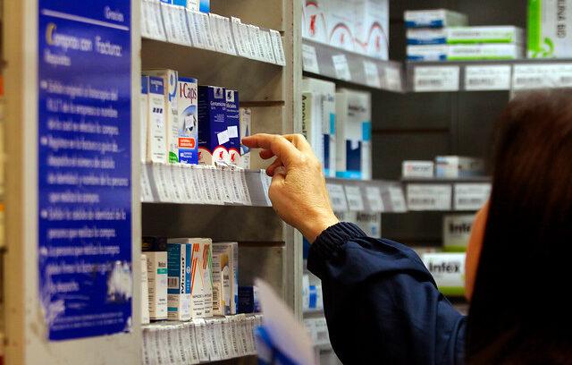 Chile compra medicamentos hasta 24 veces más caros que otros países de la región