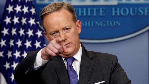 """El tremendo error del secretario de Prensa de Trump: """"Ni Hitler se animó a usar armas químicas"""""""