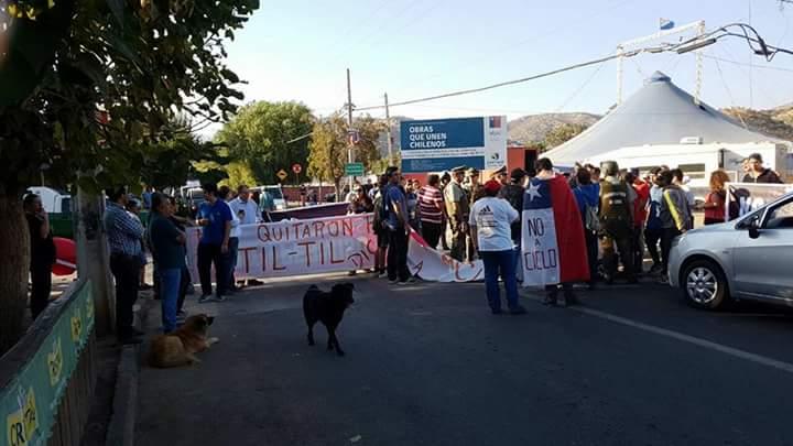 Comunidad de Til Til se tomó la Ruta 5 Norte en protesta por nuevo relleno sanitario