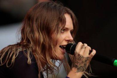 VIDEO | Cantante sueca mostró más de la cuenta en su show en Lollapalooza