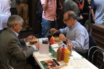 Ministro Valdés fue agredido en local de comida rápida del centro de Santiago