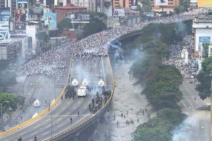 """El duro camino hasta """"la madre de todas las marchas"""" en Venezuela, que dejó un saldo de 3 muertos"""
