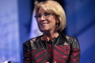 VIDEO   La protesta pacífica en contra de la secretaria de Educación de Trump que dejó sin palabras a Estados Unidos