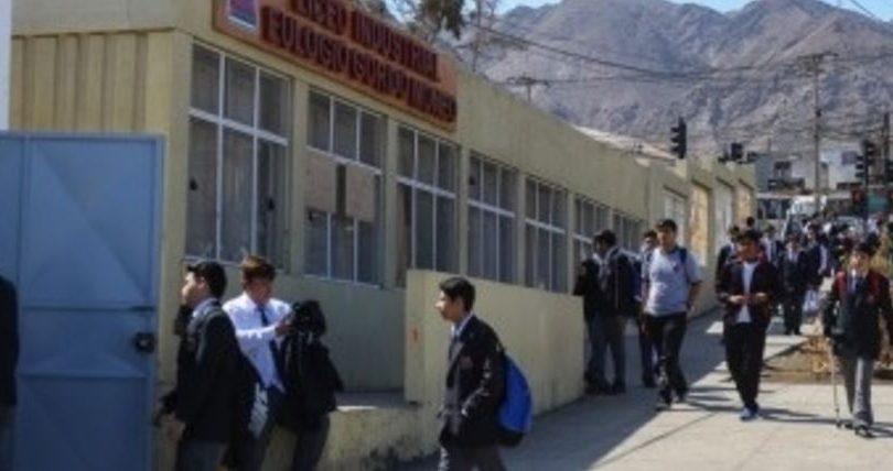 Veinte veces evacuados: liceo de Antofagasta en paro por constante emanación de gases