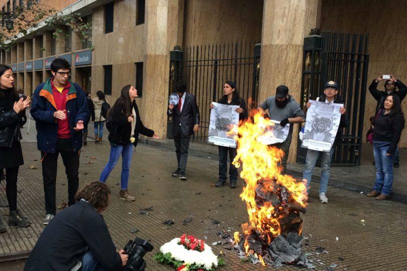 """VIDEO   Estudiantes """"queman y dan muerte"""" al CAE frente a edificio del BancoEstado"""