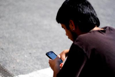 Senadores buscan replicar a Francia y prohibir uso de celulares en colegios