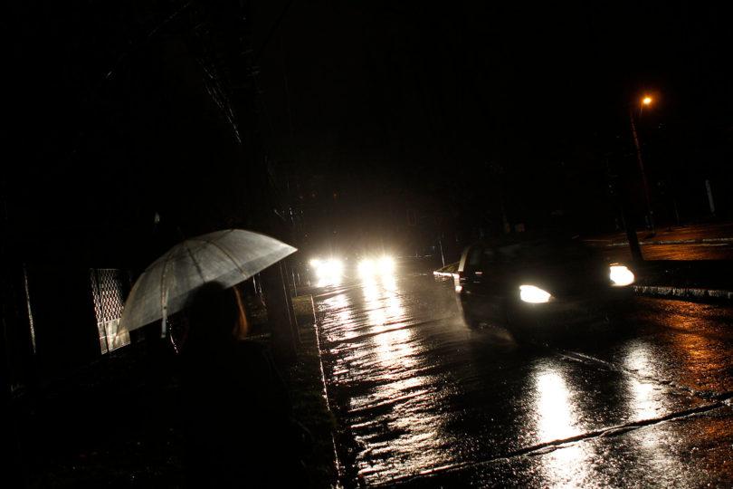 De nuevo la lluvia causa de las suyas en la región Metropolitana: cortes de luz en 7 comunas