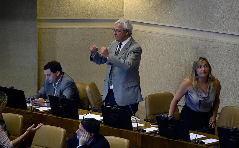 Directo al Partido Socialista: la broma a viva voz del diputado Urrutia en el Congreso