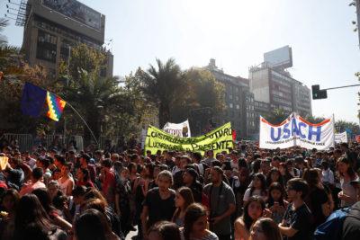 Estudiantes marchan en contra del CAE: revisa los desvíos de tránsito en la capital