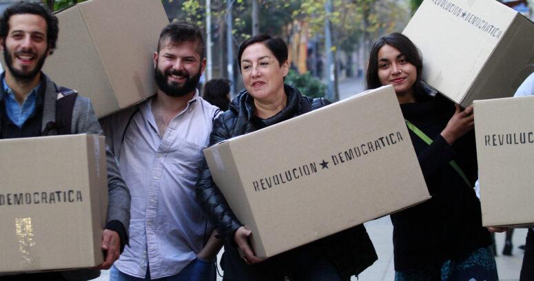 """""""Frente Amplio llega al Servel a entregar 42 mil firmas para realizar primarias e inscribir a Sánchez y Mayol"""""""