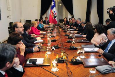 """Bachelet raya la cancha a sus ministros y pide """"prescindencia"""" en política partidista"""