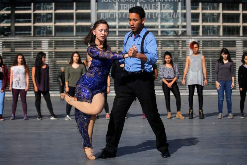 FOTOS | Joven esposada en el Metro acude al Centro de Justicia y se anota con esta performance