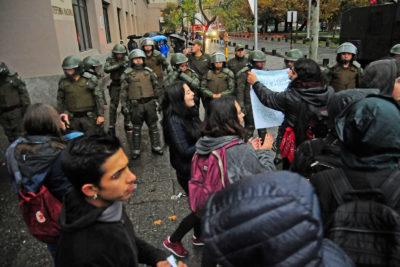 Estudiantes protagonizan toma de ingreso a oficinas de Carabineros