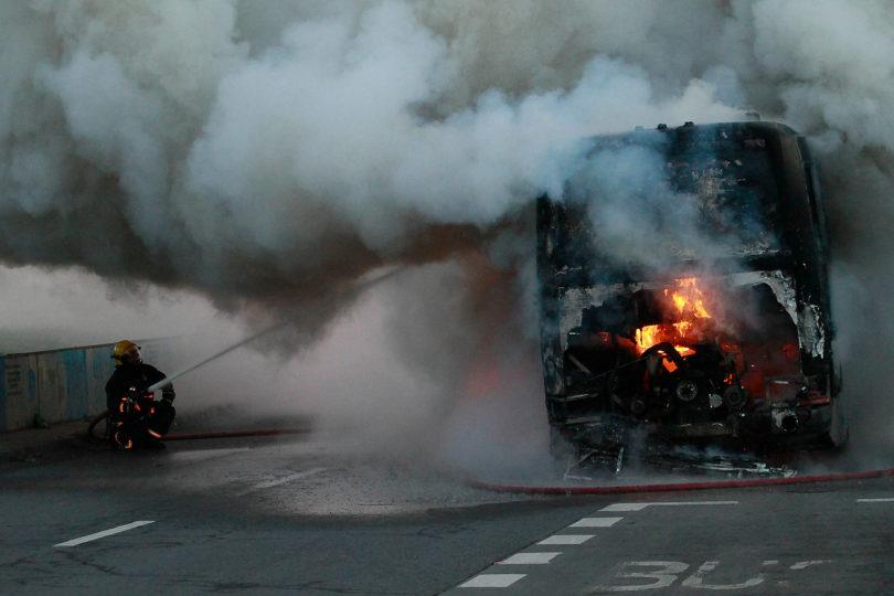 FOTOS   Bus de pasajeros se incendia en plena vía pública en Santiago
