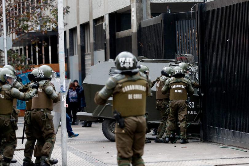 VIDEO | Carro de Carabineros destroza reja de Instituto Nacional en medio de protesta