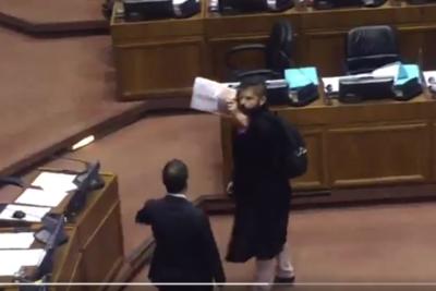VIDEO | La protesta del diputado Boric en pleno homenaje a Agustín Edwards en el Congreso