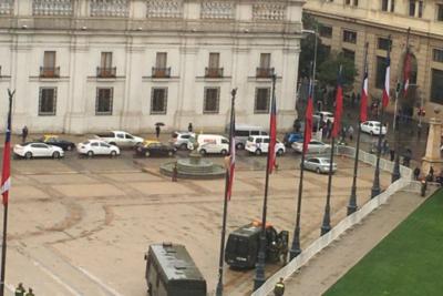 FOTOS  Hombre desnudo trepa a mástil de bandera en La Moneda y se lanza a carro de Carabineros