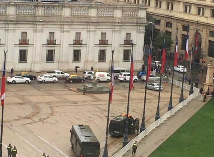 FOTOS |Hombre desnudo trepa a mástil de bandera en La Moneda y se lanza a carro de Carabineros