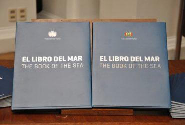 """Chileno que repartió """"Libro del Mar"""" en colegio de La Serena pidió asilo a Bolivia"""
