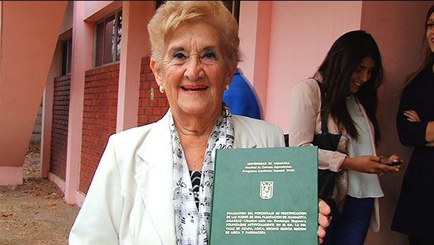 Aplausos: chilena de 90 años defendió su tesis y tendrá su tercer título
