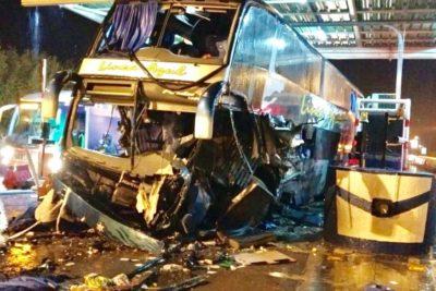 Accidente de bus contra peaje dejó un saldo de tres muertos y once heridos en Ruta 5 Sur